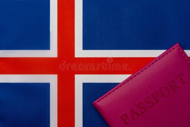 På flaggan av Island är ett pass royaltyfri fotografi