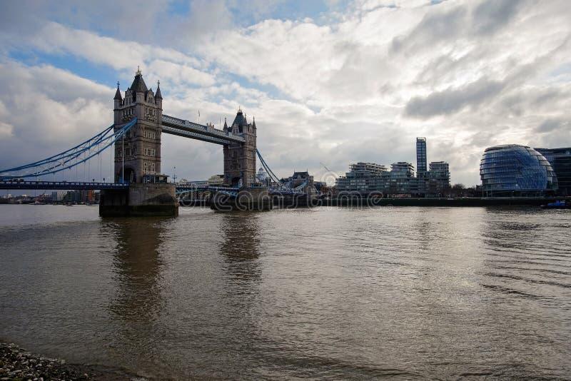 På flodbanken royaltyfri foto