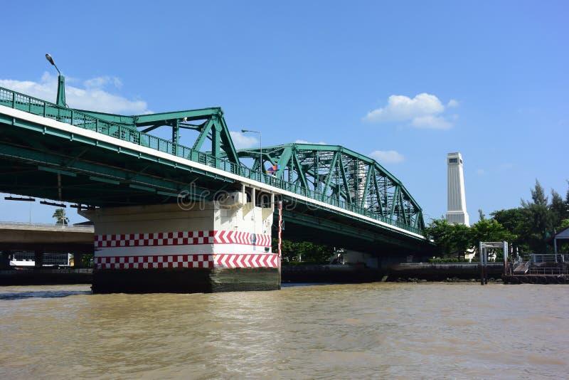 På floden är en grön bro arkivfoto