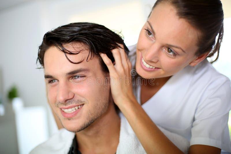 På frisören arkivbild