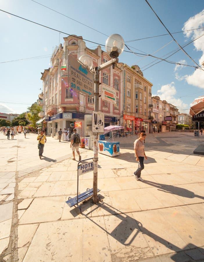 På gatan av gamla Varna i Bulgarien royaltyfri bild