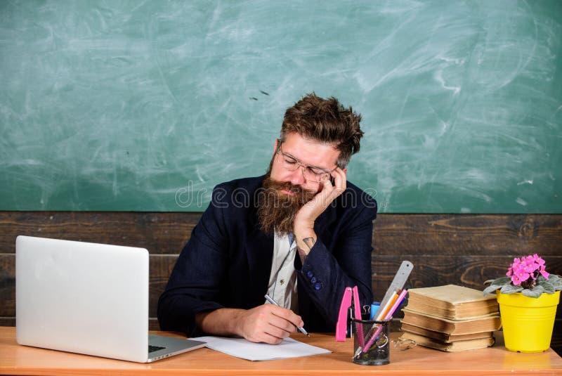 På hög nivå trötthet Fall sovande på arbete Mer stressad arbete för utbildare än genomsnittligt folk Evakuera arbetsskolaorsak royaltyfri fotografi