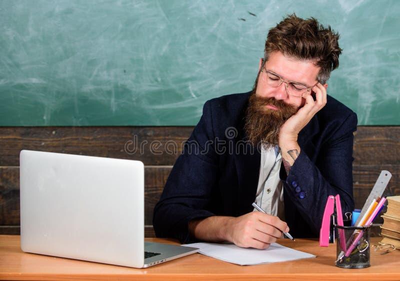 På hög nivå trötthet Liv av att evakuera för lärare Fall sovande på arbete Mer stressad arbete för utbildare än genomsnittligt fo royaltyfria foton