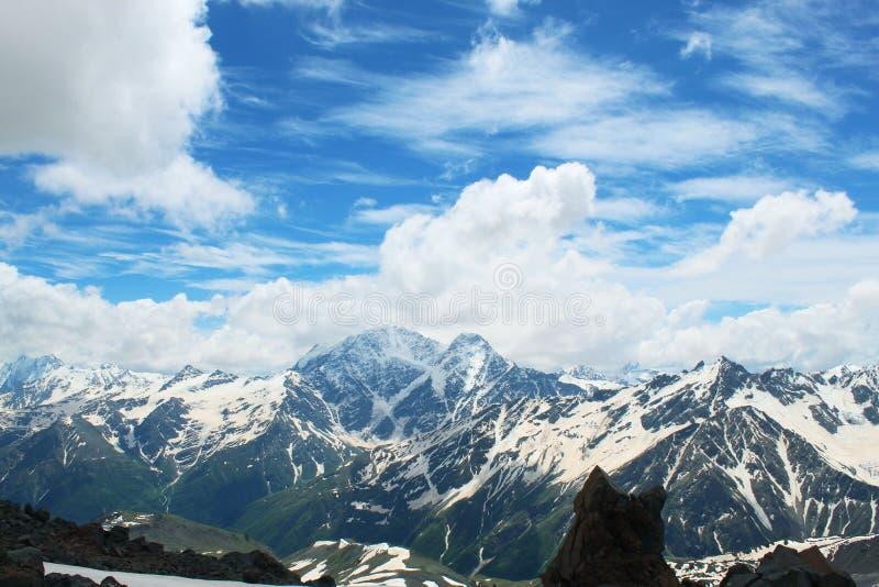 På höjden av ett flyg för fågel` s Berg för berg Elbrus royaltyfria foton