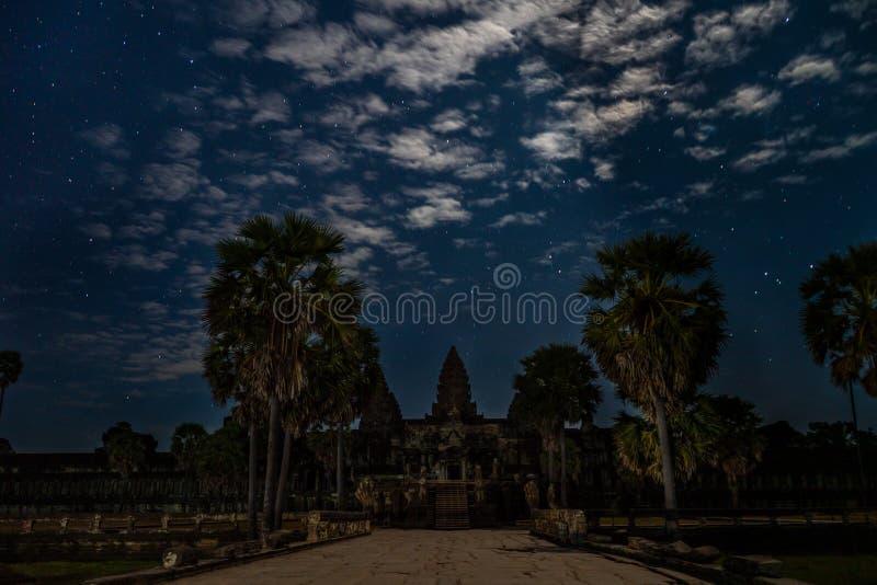På ingången av Angkor Wat på den molniga stjärnklara natten royaltyfria bilder
