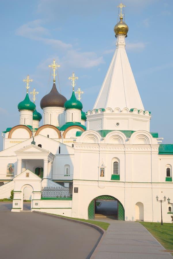 På ingången till den Pechersky uppstigningkloster på en sommarafton Nizhny Novgorod fotografering för bildbyråer