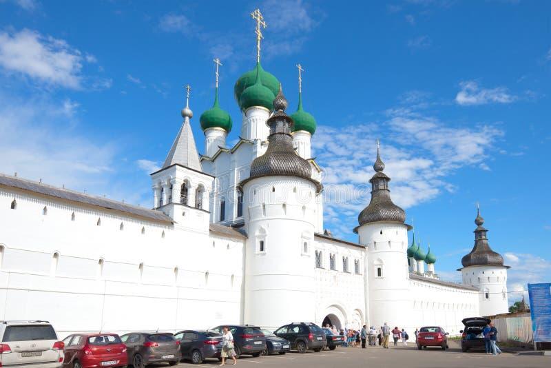 På ingången till den Rostov Kreml på en solig Juli dag för russia för cirkel för domkyrkademetrius guld- vladimir för lopp st arkivbilder