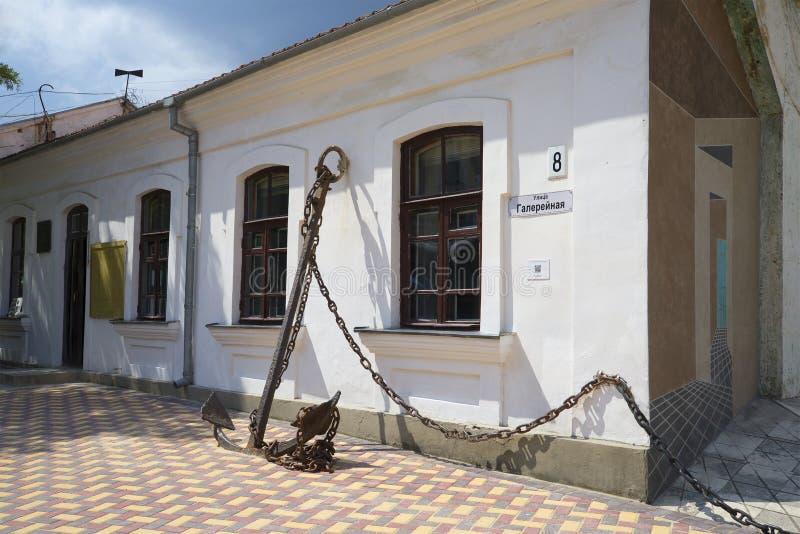 På ingången till det minnes- museet A S Gräsplan Feodosiya arkivbilder