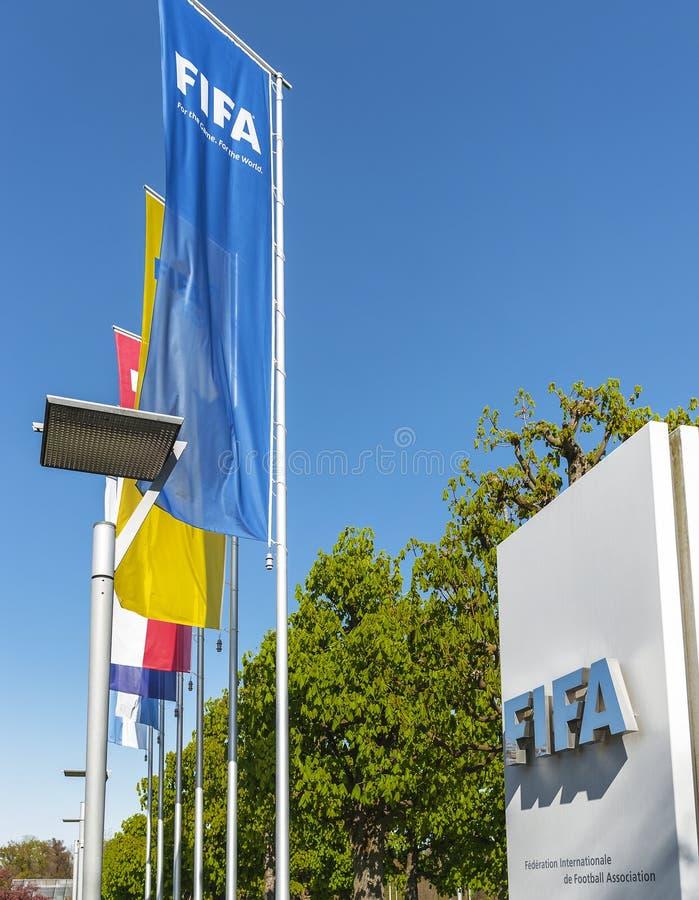 På ingången till FIFA högkvarter arkivbild