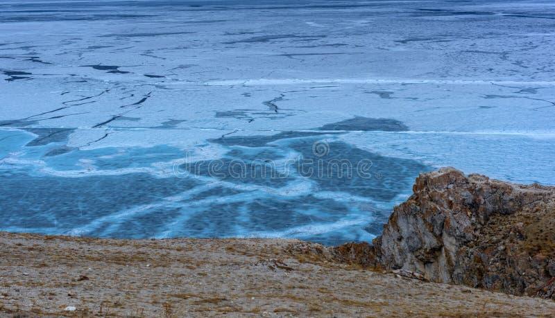 Is på Lake Baikal och klippor av udde Khoboy arkivbilder