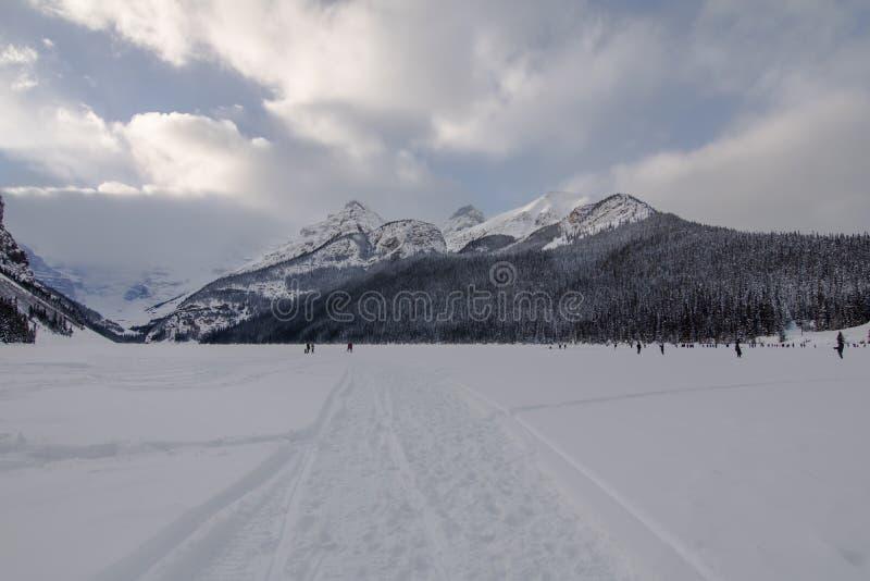 På lek i Lake Louise royaltyfri bild