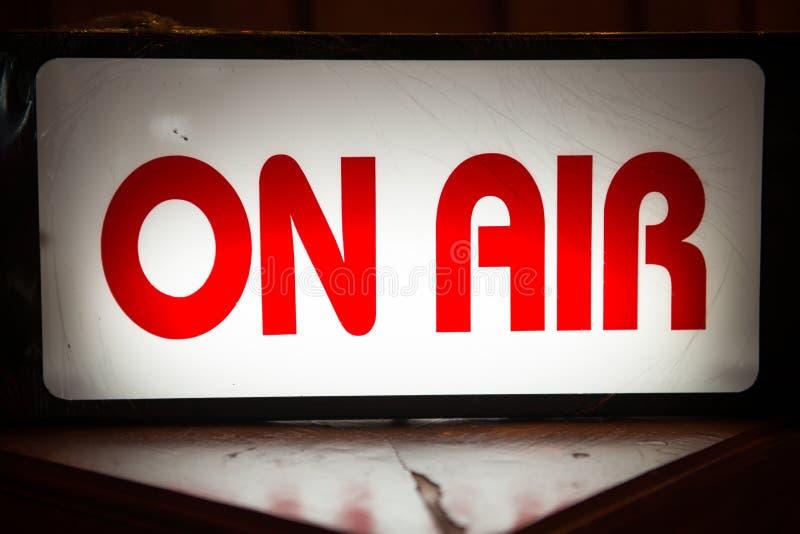 På luft undertecknar den ljusa asken framme av radiostation arkivbild