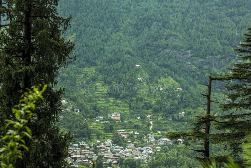 By på lutningen av ett grönt berg arkivfoton