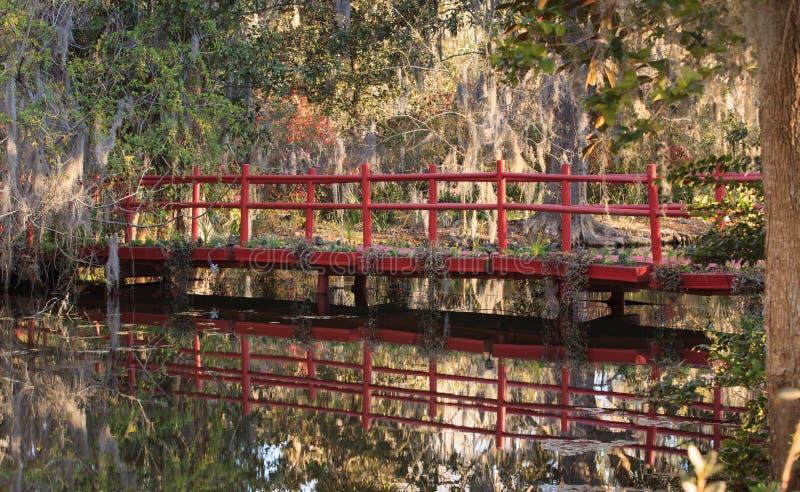 Rött överbrygga över Schoolhouse LakeSC royaltyfri bild