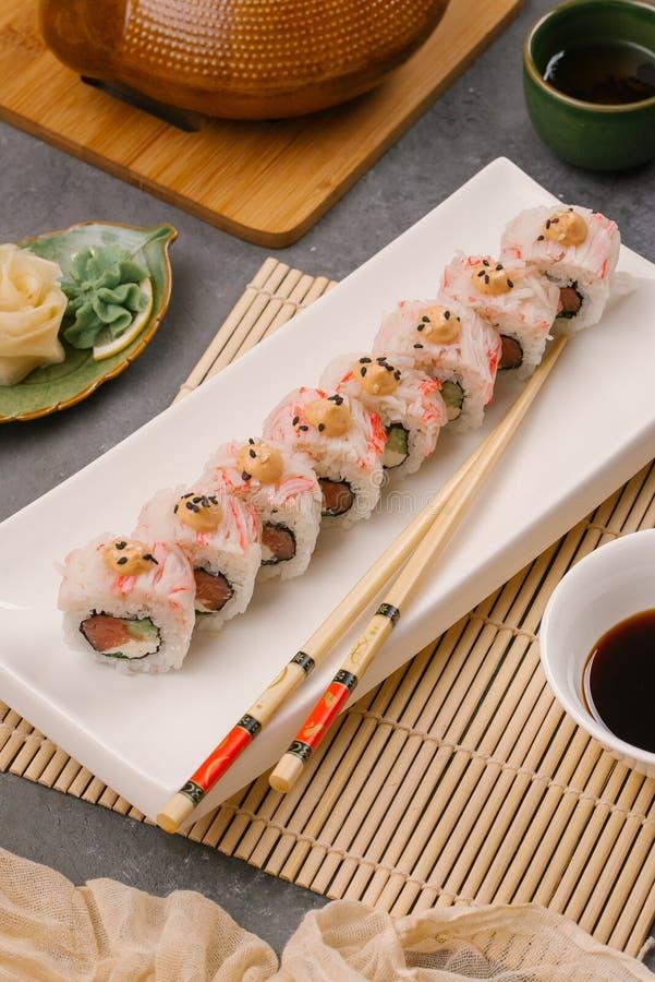 På plattan vit, fodrat med läckra rullar, är sushi, rött som är svart, Philadelphia sesam fotografering för bildbyråer
