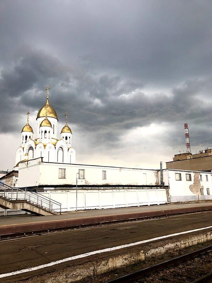 På plattformen för regnet arkivbilder
