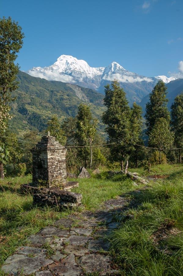 På slingan nära Chainabatthi Nepal som ser in mot Annapurna S fotografering för bildbyråer