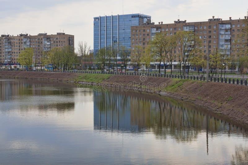 På stranden av Kharkiv kan den blåa bron för gruppen höger sida för morgon en för stadsoklarhetsdnipropetrovsk fleecy ljust se de arkivbild