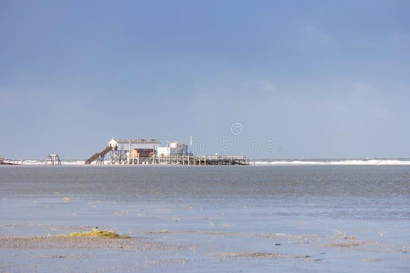 På stranden av St Peter-Ording arkivbild