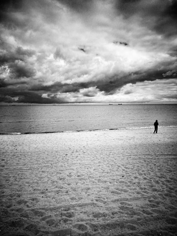 På stranden Konstnärlig blick i svartvitt arkivbild