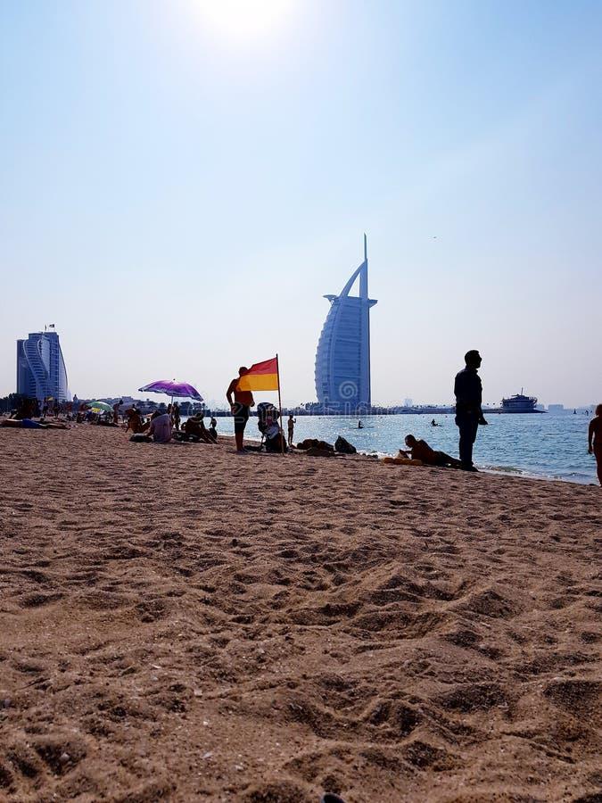 På stranden med sikt i Burj Al Arab royaltyfria bilder