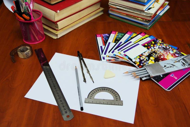 På tabellen är förskriftsböcker royaltyfria foton