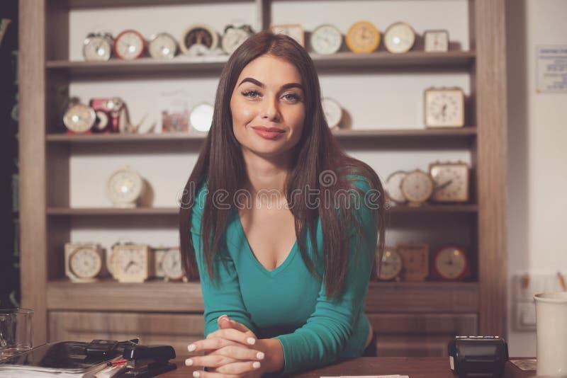 På tabellen är kvinnan arkivbild
