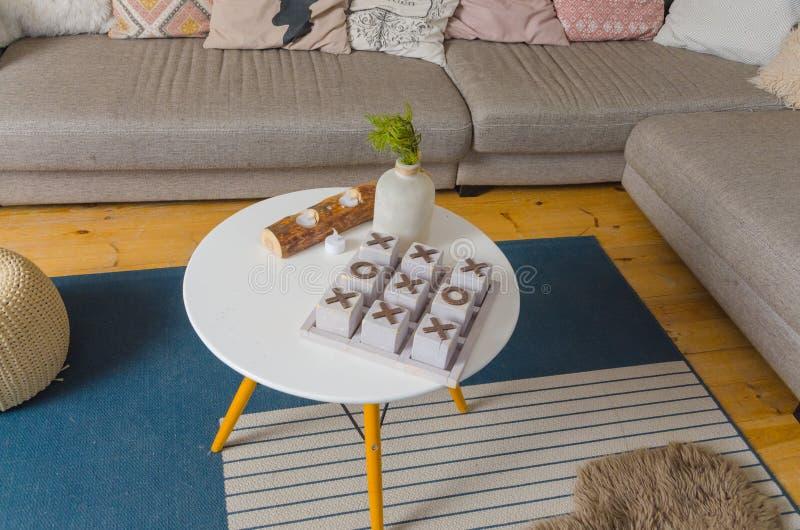 På tabellen i rummet är leken av den MUSKELRYCKNINGTAC tån arkivfoton