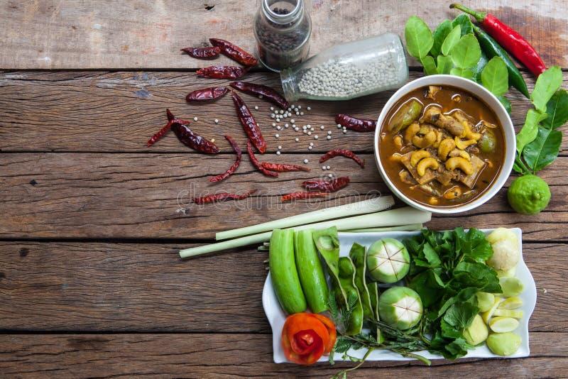 På tabellen med Gaeng Tai Pla och grönsaker royaltyfri fotografi