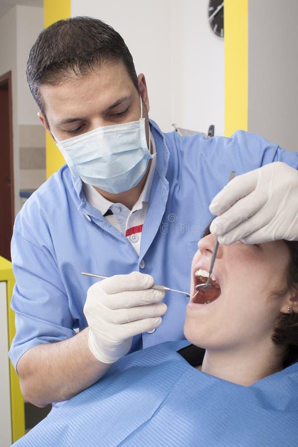 På tandläkaren royaltyfri foto