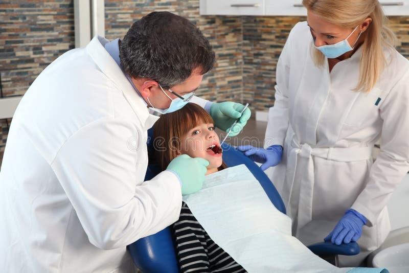 På tandläkaren arkivbilder