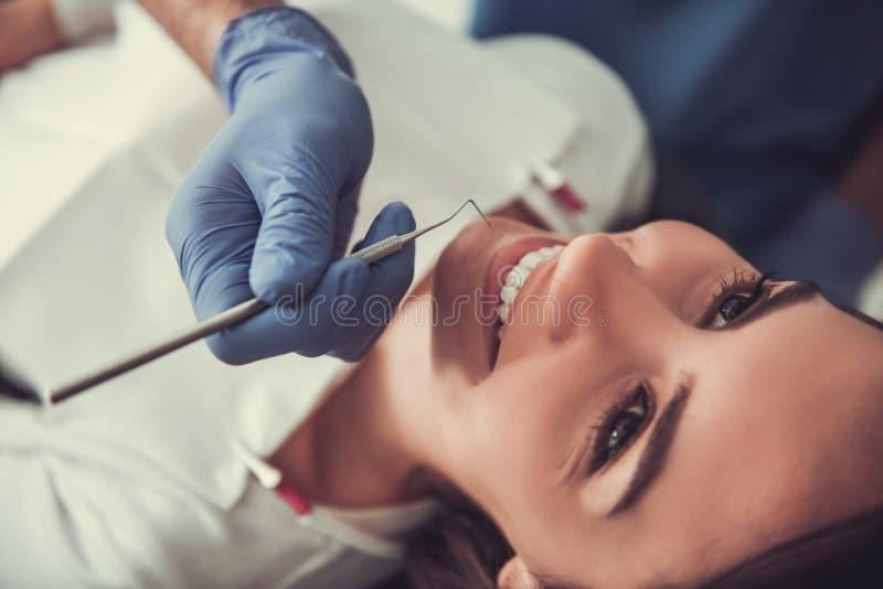 På tandläkaren royaltyfria bilder