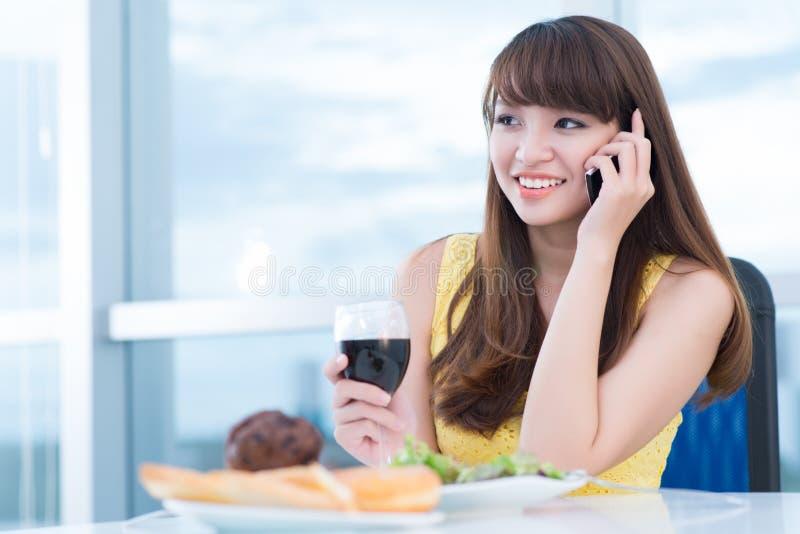 På telefonen royaltyfri bild