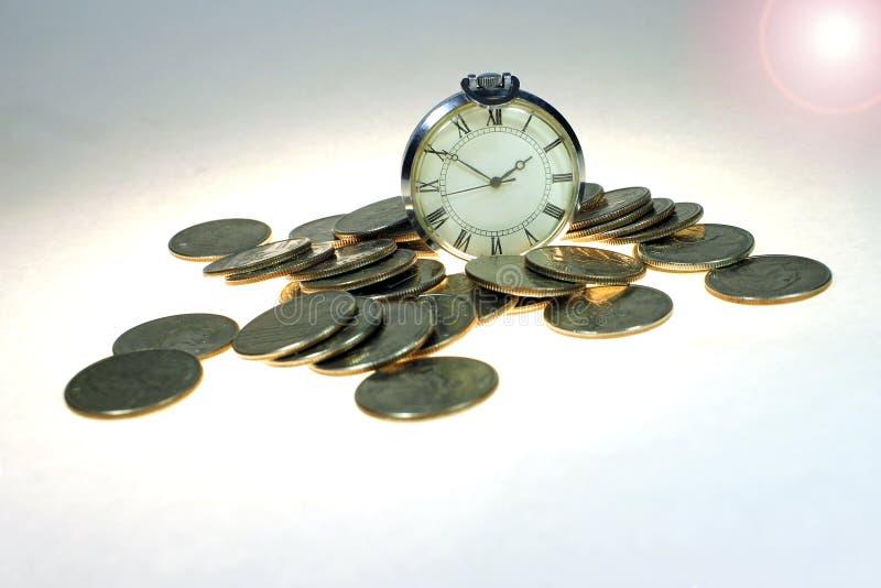 På temabesparingar är en tid pengar Sparande pengar, långsiktig investering eller finansiellt stopptidbegrepp arkivbild