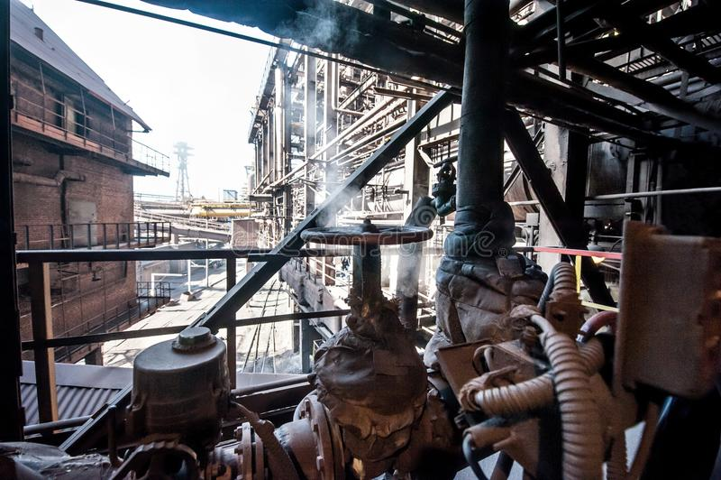 På territoriet av den utomhus- industrianläggningen royaltyfri bild