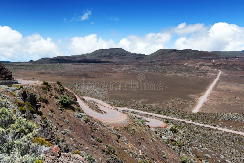 På vägen som leder till vulkan för `-ringbult de la fournaise ` på réunionön arkivbild