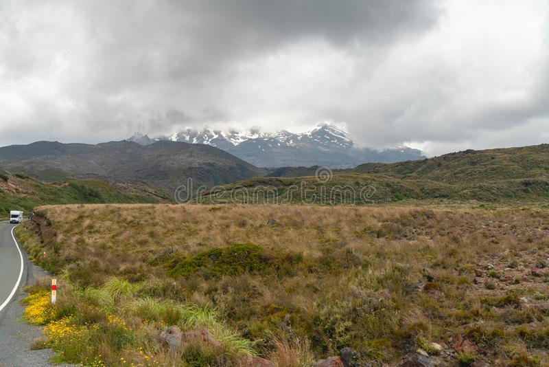 På vägen som monterar Ruapehu, nyazeeländskt landskap arkivfoto