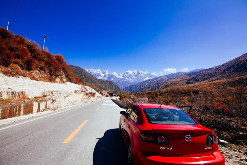 På vägen till det tibetana berget royaltyfri foto