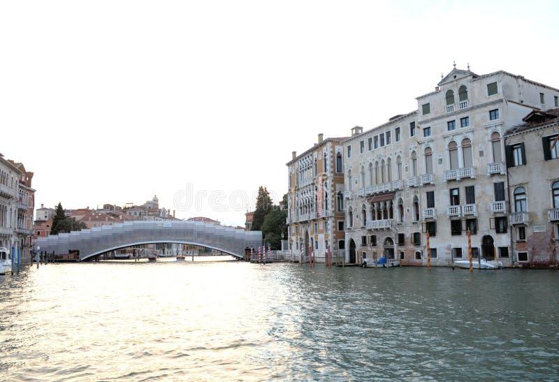 På vattensikten på ett fartyg i en av kanalerna in i den Venedig Venezia Italien eftermiddagen för solnedgång arkivbild