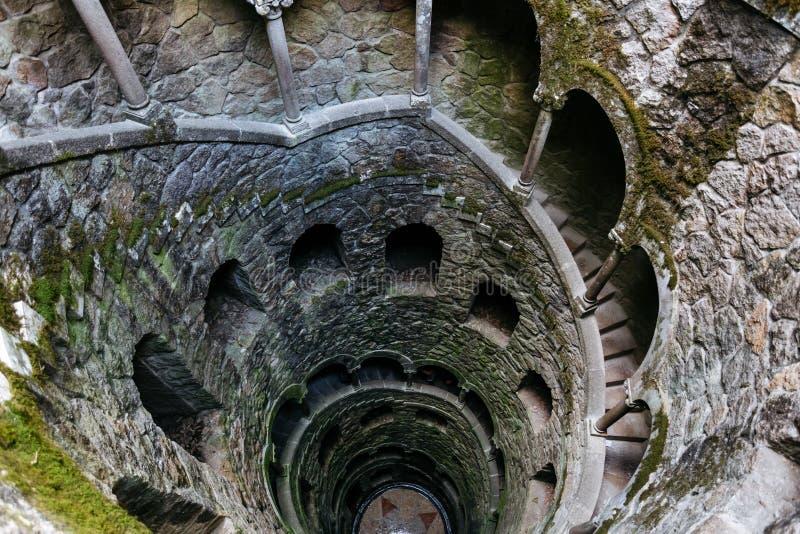 Påbörjandebrunnar Djupt väl i territoriet av Quinta da Regaleira Den gamla spiraltrappuppgången går ner royaltyfria foton