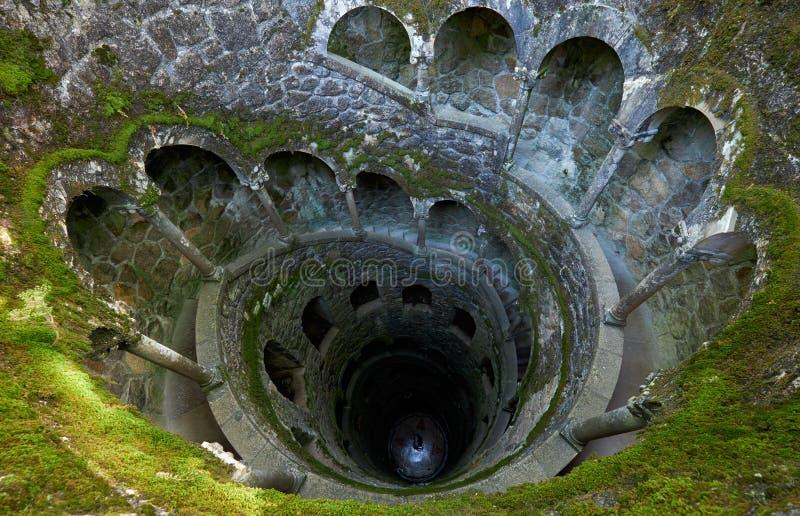 Påbörjandet väller fram (det inverterade tornet) i det Quinta da Regaleira godset Sintra portugal arkivfoto