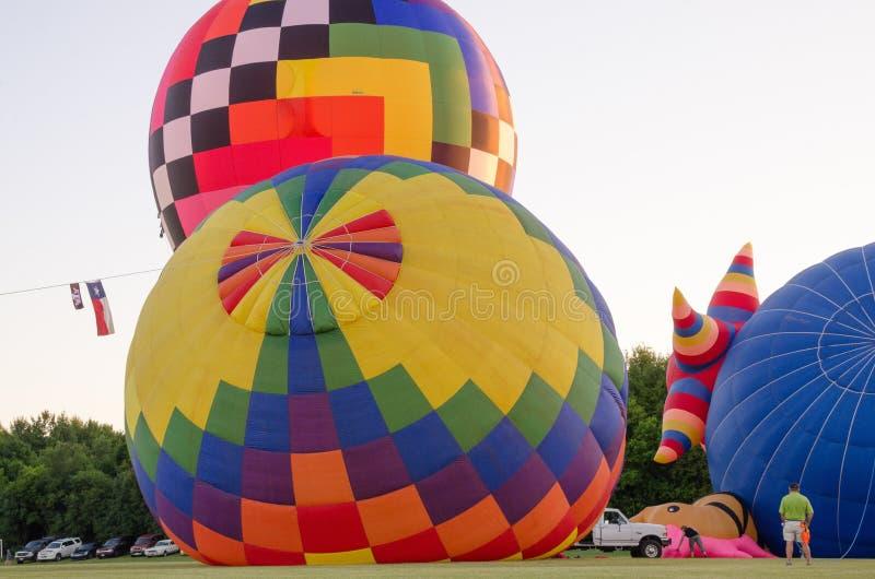 Påfyllning av ballongerna för varm luft arkivbilder