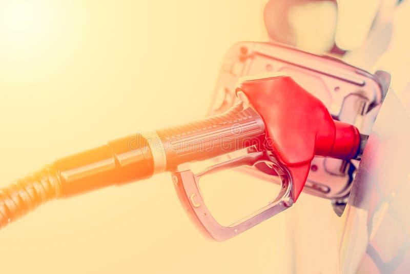 Påfyllning av en bil med bränsle Bensin som pumpar bensin på bensinstationen Tonad bild för slut upp arkivfoto