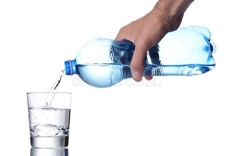 Påfyllning för hand för man` s per vattenexponeringsglas med en plast- flaska, inklusive snabb bana arkivfoto