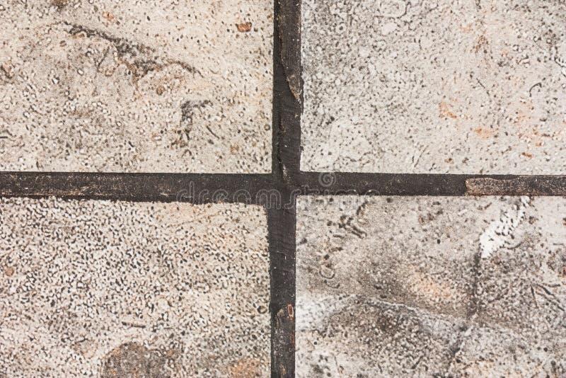 Påfyllning med ett mörker - den blåa klyftan mellan fyrana förser med rutor av gres arkivbild