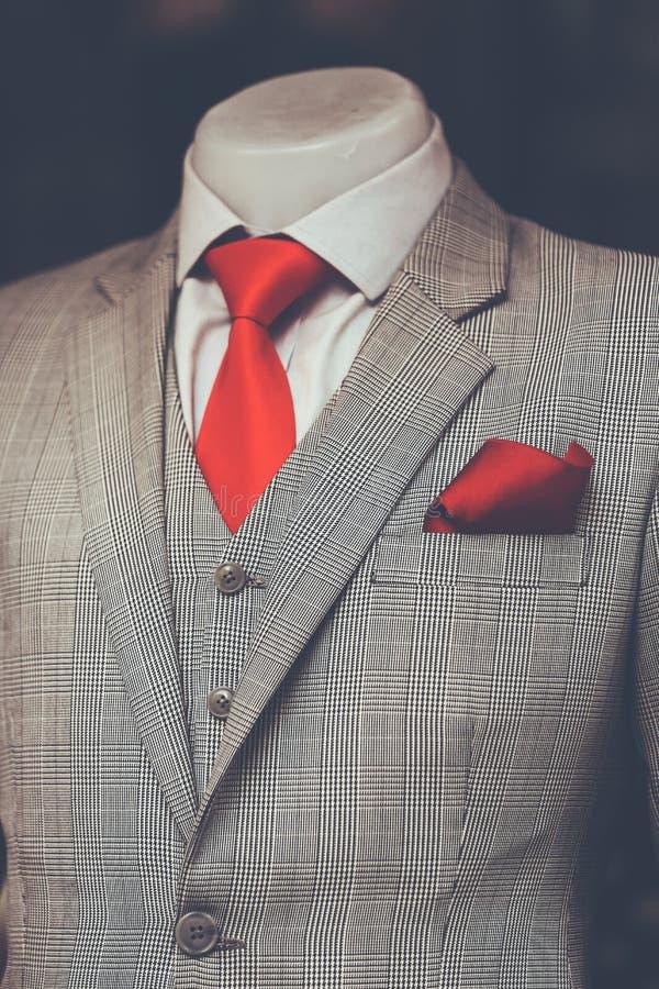 Pågående dräkt för arbete utan muffen på röda slipswi för skyltdocka arkivbilder