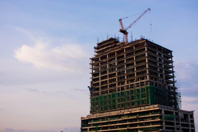 Pågående konstruktion av en modern byggnad royaltyfri fotografi
