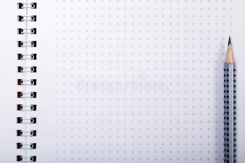 Pålagd anteckningsbok för träblyertspenna med kopieringsutrymme Blyertspenna på sidan, bloggerinstrumentet, skrivbord av affärsma royaltyfria bilder