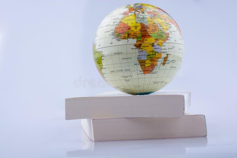 Pålagd för litet modelljordklot vita askar royaltyfri foto