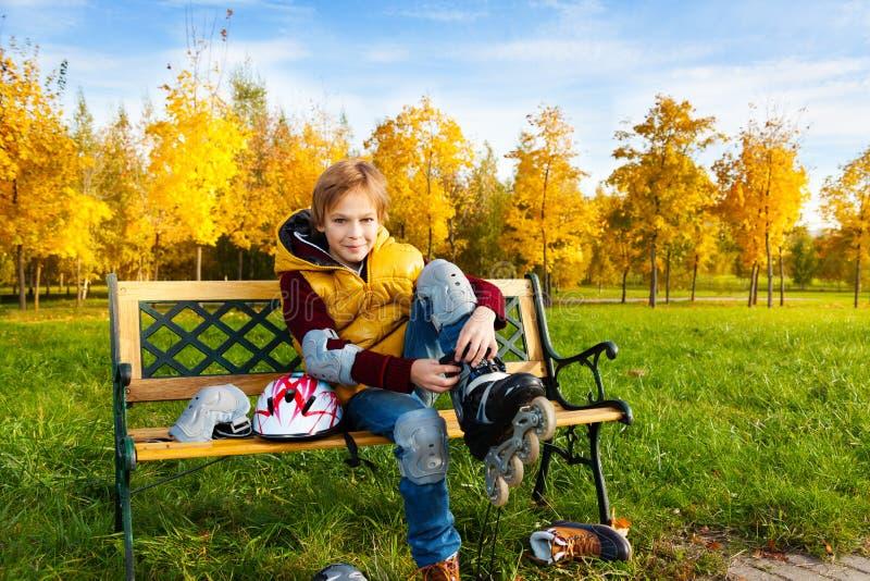 Pålagd rollerblade för pojke royaltyfria bilder